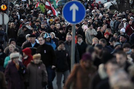 hömpölyög a márciusi tömeg