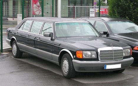800px-Mercedes-Benz_W126_Sechstürer_vr