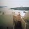 Fira, hajók a Calderában - balra a távolban: sziget déli csücske