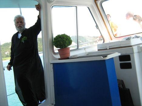Görög kék-fehér és egy pópa az Erikoussa-ra tartó hajón