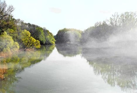 Ködben a  folyónál