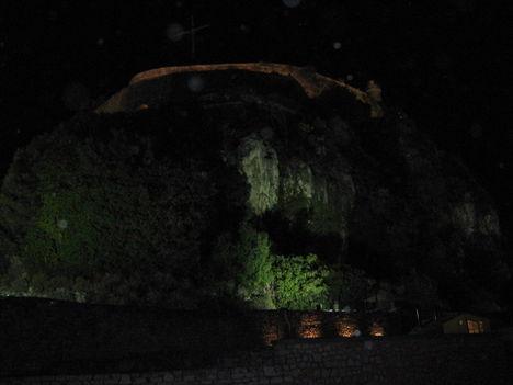 A Régi erőd növényekkel benőtt sziklafala, Korfuváros