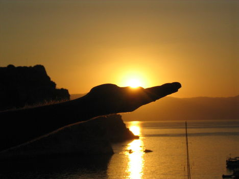 Felkelő napot tartva a Régi erődnél, Korfuváros