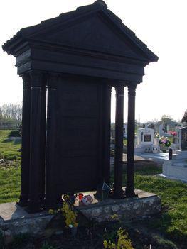 Faragott fejfa a döri temetőben