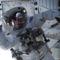 Clayton Anderson integet az első úrsétán (NASA)