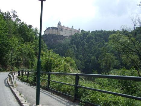 A  kastély távolból