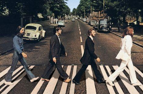 A gombafejek átgyalogolnak az Abbey Road zebráján