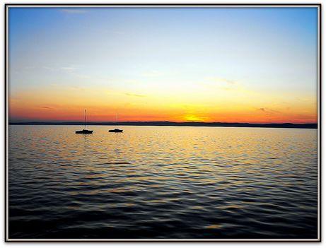 A távolban  két  vitorlás    /naplemente  fotók/