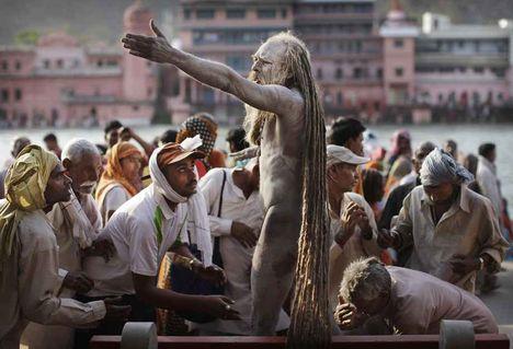 A Sadhu imájára figyelnek a résztvevők