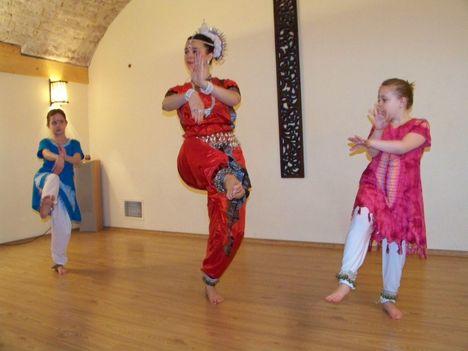 Indiai táncklub április