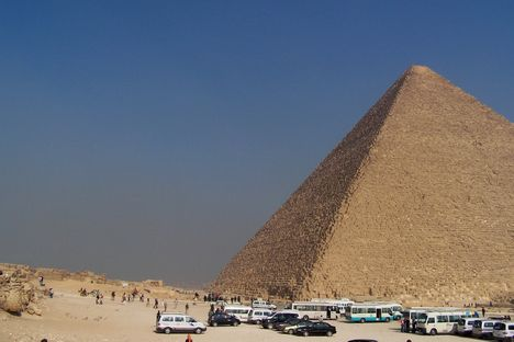 Egyiptom 2008. Piramis-buszok.