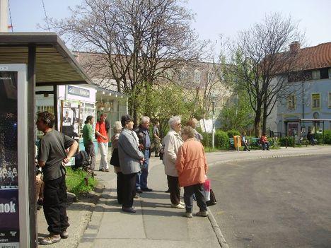 Kolossy téri megállóban 65 ötös Buszra várva