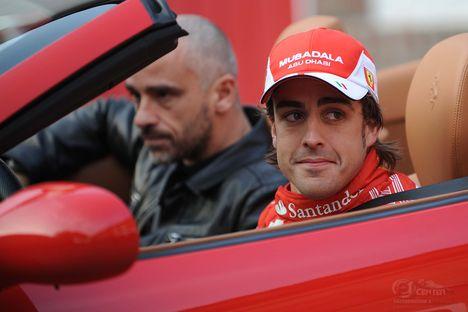 Eros-Ramazotti és Fernando Alonso egy autóban