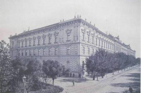 A Piarista Gimnázium (ma egyetemi épület) a Tisza Lajos körúton