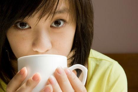 japán lány kávéval