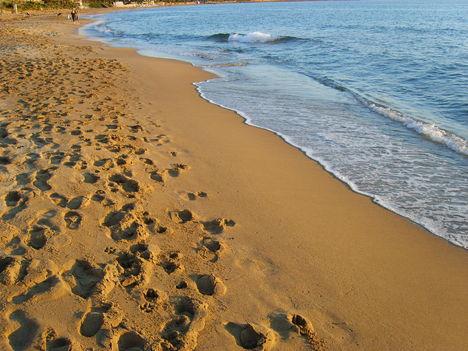 Avsallar lábnyomok a strandon
