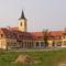 Alapítványi iskola a templom mellett