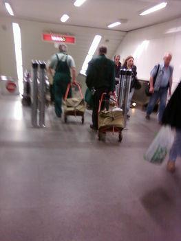 postások a budapesti metrón