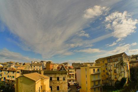 Korfu - Okkersárgába borul a városka