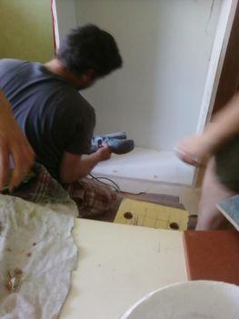 festés előtt egyenesre csiszoljuk a szekrény felületeit