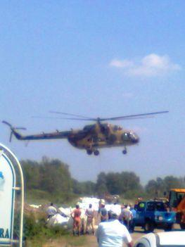 Árvíz Onga 2010.06.09. napokóta hordják a katonai helikopterek a bigben zsákokkal a követ