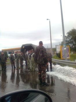 Árvíz- segítő katonák
