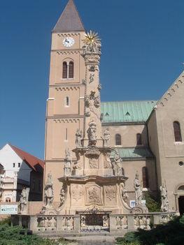 Szent Mihály székesegyház, előtte a Szentháromság szobor a veszprémi várban.