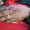 Hennával festett kezü mirha és illatszer árus nõ