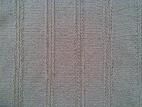 Nyers gyapjú faliszőnyeg, szumák csomózásos sorokkal