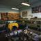A dolgozók hobbijai kelnek életre a műhely falán, régi szerszámok, repülőgépmodellek
