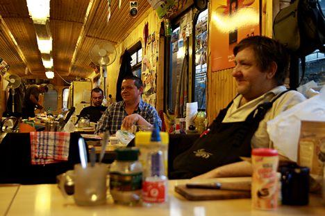 Reggeli étkezés a metrókocsiban