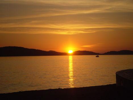Bukik a nap a sziget mögé.