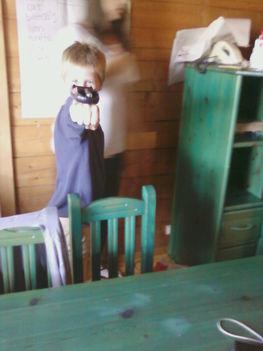 Telefonkagyló tartójából és egy ceruzaelemből átlényegült karról kilőhető játék szerkezet