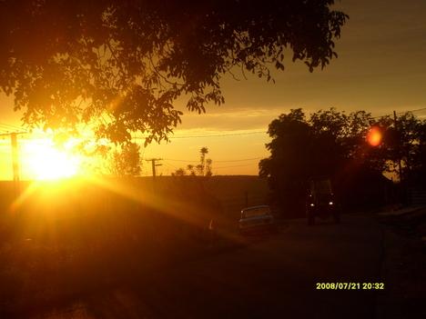 Traktor a naplementekor