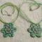 2 zöldes virágosmedál, viaszolt szálon és organza szalaggal