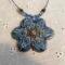 kékes nagy virágmedál, gyöngyökkel, sodronyon
