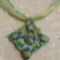 Zöldes rózsatuli medál, organzán és viszolt szálon