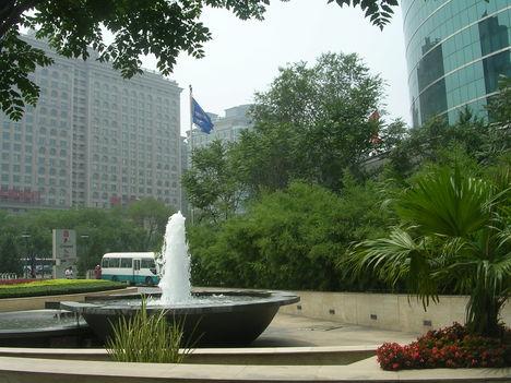 Kína Tiens 2 szálloda előtt