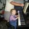 Az ifjú énekes-zongorista, és nagypapája, a kottalapozó....