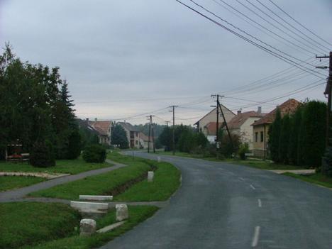 Közpark a Fő út mellett