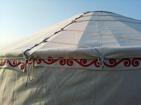 négy kötéllel rögzítjük a tetőponyvát