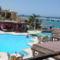 A hotel medencéje és a tenger