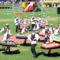 Táncosok színesítetik a karneváli menetet