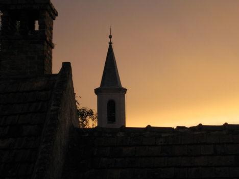 A templomtorony Naplementében