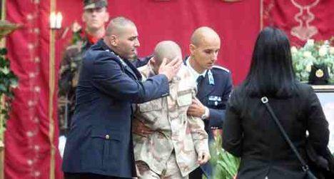 Gábort két rendőr barátja támogatta a temetés közben