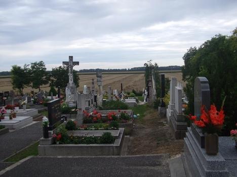 A temető, a falu legmagasabb pontján