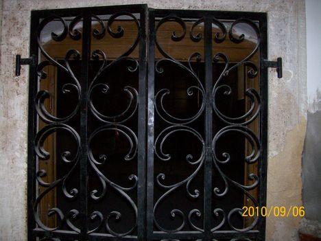 a régi kovácsoltvas bejárati ajtó