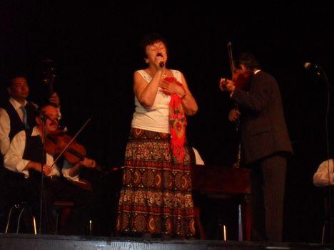 Madarász Katalin énekel.Kísér az Unicum Gypsy Band.Prímás Berki Béla.