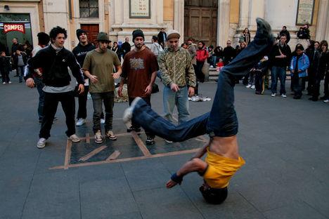 Breakdancers on the via del Corso