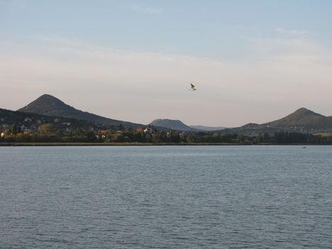 A Gulács, a Csobánc és a Tóti-hegy a Tó felől Badacsonytomajnál
